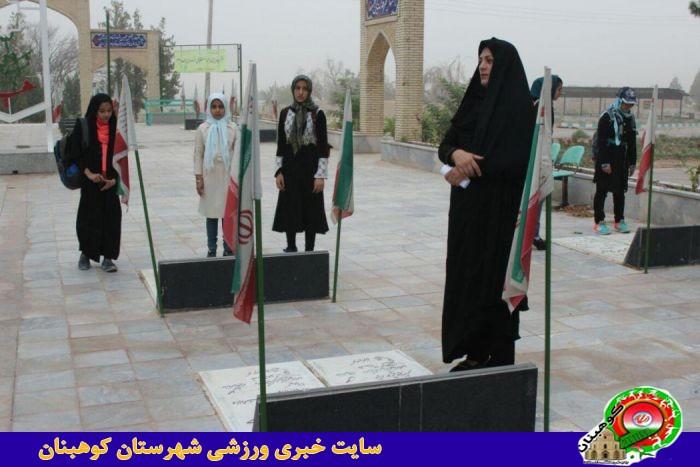 گل افشانی قبورشهداء توسط ورزشکاران به مناسبت هفته حجاب وعفاف