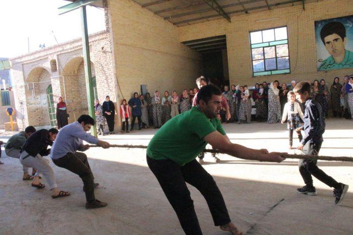 مسابقات طناب کشی روستایی به مناسبت نوروز باستانی در روستای شکر آباد شهرستان کوهبنان