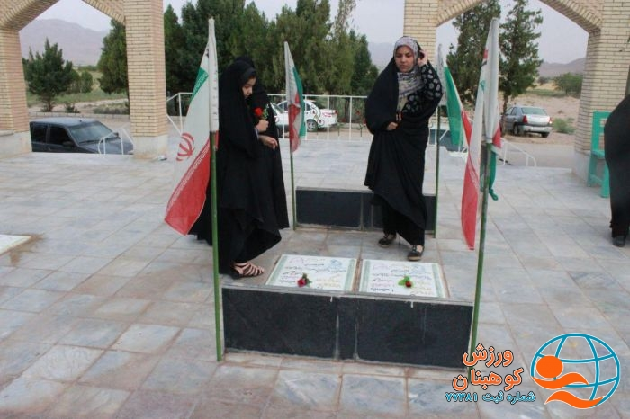 گل افشانی قبورشهدای شهر کوهبنان توسط دختران به مناسبت دهه کرامت وهفته حجاب وعفاف