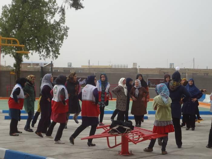 ورزش صبحگاهی وطناب کشی بانوان به مناسبت هفته هلال احمر
