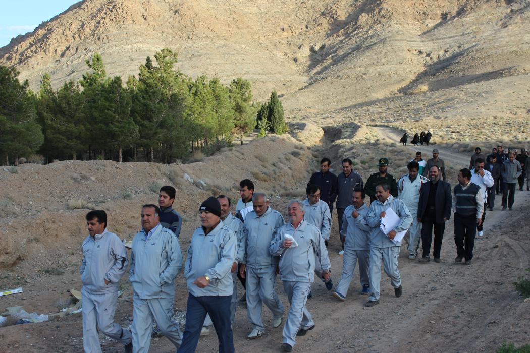 کوهپیمایی کارکنان ادارات شهرستان کوهبنان در اولین روز هفته سلامت